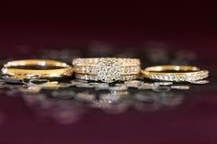 Ensemble de bague de fiançailles et de mariage de diamant de groupe Image libre de droits