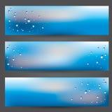 Ensemble de bannières, fenêtre d'illustration couverte de verre avec des gouttes de pluie sur le fond blureed de ciel nuageux Images libres de droits