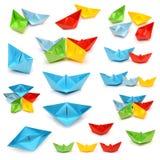 Ensemble de bateaux multicolores d'origami d'isolement sur le fond blanc Image stock