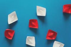 Ensemble de bateaux rouges et blancs d'origami sur le fond de papier bleu Concept de déplacement d'été Photos libres de droits