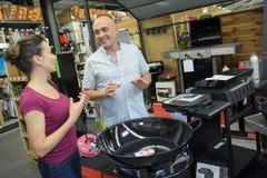 Ensemble de BBQ d'achat de couples au magasin Photos stock