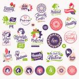 Ensemble de beauté, cosmétiques et labels naturels et éléments de soins de santé illustration libre de droits