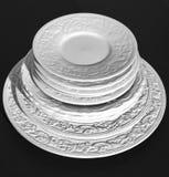 Ensemble de beaux plats en céramique blancs de soulagement de dîner sur le fond noir Image libre de droits