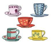 Ensemble de belles tasses lumineuses colorées multi avec des soucoupes Photos stock
