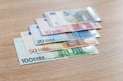 Ensemble de billets de banque d'argent de 5 à l'euro 100 Image libre de droits