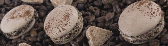 Ensemble de biscuits de café avec des coeurs de sucre se trouvant sur des grains de café Photos libres de droits