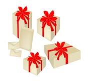 Ensemble de boîte-cadeau avec le ruban et les cartes rouges Photographie stock