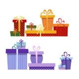 Ensemble de boîte-cadeau dans différentes couleurs sur un blanc Photographie stock libre de droits