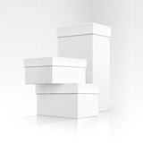 Ensemble de boîtes blanches vides de carton de différentes tailles et formes dans la perspective du design d'emballage sur le fon Photographie stock libre de droits