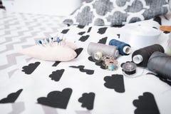 Ensemble de bobine de fil, de ciseaux, de boutons, de tissu et de goupilles pour la couture et la couture Image libre de droits