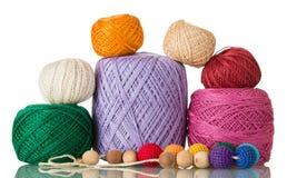 Ensemble de bobines des fils de coton de différentes couleurs, sur le blanc Photo libre de droits