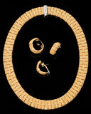 Ensemble de boucles d'oreille, de boucle et de bracelet d'or Photo libre de droits