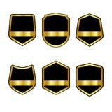 Ensemble de boucliers noirs avec les rubans d'or dans le style plat à la mode d'isolement sur le fond blanc Logo de héraut et sym illustration stock
