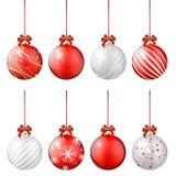 Ensemble de boules brillantes de Noël sur le fond blanc Photos libres de droits