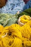 Ensemble de boules colorées de fil de laine Photo de plan rapproché Images libres de droits