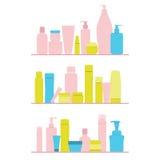 Ensemble de bouteilles cosmétiques sur l'étagère Image libre de droits