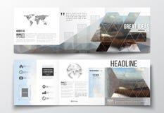 Ensemble de brochures triples, calibres carrés de conception Contexte polygonal coloré abstrait, fond brouillé, montagne Image libre de droits