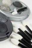 Ensemble de brosses grises de fard à paupières et d'applicateur photos stock