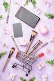 Ensemble de brosses de maquillage sur le fond rose Photographie stock