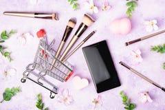 Ensemble de brosses de maquillage sur le fond rose Image libre de droits