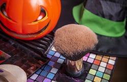 Ensemble de brosses pour le maquillage avec le potiron Photographie stock libre de droits