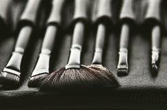 Ensemble de brosses pour le maquillage dans une couverture noire placée dans une rangée, fron Photographie stock