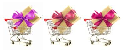 Ensemble de cadeaux avec le ruban rouge, arc dans les caddies Photos libres de droits