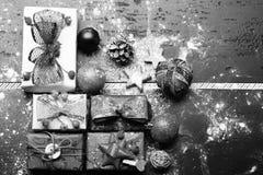 Ensemble de cadeaux de Noël Décorations de Noël sur le fond en bois foncé photographie stock libre de droits