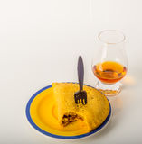 Ensemble de café noir dans une tasse, deux petits pains avec une boisson jaune dedans Photographie stock