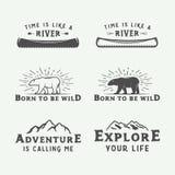 Ensemble de camping de vintage extérieur et de logos d'aventure, insignes illustration libre de droits