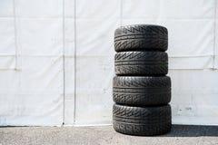 Ensemble de car& x27 de sport automobile ; pneus de emballage humides de s Image libre de droits