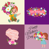 Ensemble de cartes heureuses de jour de mères avec le texte et les enfants de salutation, le bébé garçon et la fille avec le bouq Images libres de droits