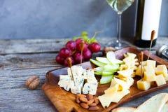 Ensemble de casse-croûte de vin Verre de vin blanc, de raisin et de divers che de sortes Images stock