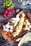 Ensemble de casse-croûte de vin Verre de vin blanc, de raisin et de diverses sortes ch Photos stock