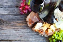 Ensemble de casse-croûte de vin Verre de vin rouge, de raisin et de divers chees de sortes Photographie stock libre de droits