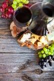 Ensemble de casse-croûte de vin Verre de vin rouge, de raisin et de divers chees de sortes Photographie stock