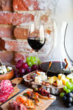Ensemble de casse-croûte de vin Verre de vin rouge, de raisin et de divers chees de sortes Images stock