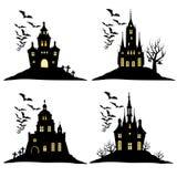 Ensemble de château de Halloween avec la silhouette noire de battes sur la colline Illustration de vecteur Photos stock