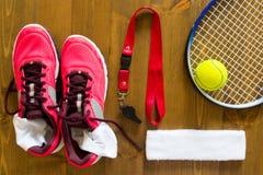 Ensemble de choses pour jouer le tennis sur un en bois Photos stock