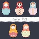Ensemble de cinq poupées russes colorées simples sur le fond foncé - illustration plate de vecteur de style Photographie stock libre de droits
