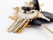 Ensemble de clés de Chambre et de véhicule sur le fond blanc Photo stock