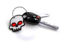 Ensemble de clés de voiture avec le symbole blanc de crâne pour un porte-clés Photographie stock
