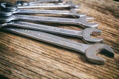 Ensemble de clés sur le fond en bois Image stock