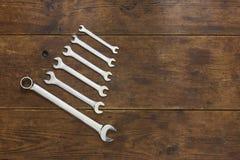 Ensemble de clés sur le fond en bois rustique Image libre de droits