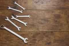 Ensemble de clés sur le fond en bois rustique Photographie stock libre de droits