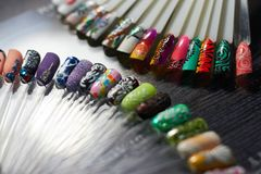 Ensemble de clou multicolore dans le Cabinet de techniciens de clou pro Photographie stock libre de droits