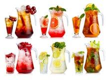 Ensemble de cocktail sans alcool en cruches et verres avec des fruits et Photo stock