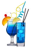 Ensemble de cocktails bleus avec la décoration des fruits et de la paille colorée d'isolement sur le fond blanc Images libres de droits