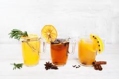 Ensemble de cocktails colorés sur le fond blanc Photo libre de droits