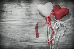 Ensemble de coeurs rouges et blancs de Valentine avec des bandes sur le conseil en bois Photographie stock libre de droits